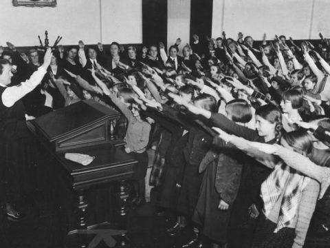 Crianças alemães fazem saudação nazista.